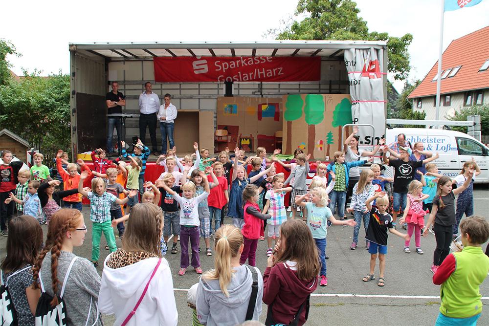 Eindrucksvoll: Jerstedter feiern ihre Grundschule